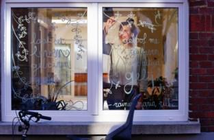 Ze kreeg geen erkenning in haar thuisstad, maar nu leert iedereen kunstschilderes kennen via vensters in eigen straat