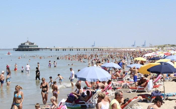 """Badstad zal op topdagen tweeduizend (!) minder ligbedden op strand toelaten: """"Pijnlijk, maar we kunnen niet anders"""""""