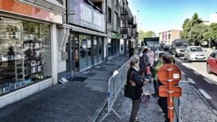 """Tientallen mensen schuiven aan voor laatste koopjes Blokker: """"Speciaal voor babysitter gezorgd"""""""