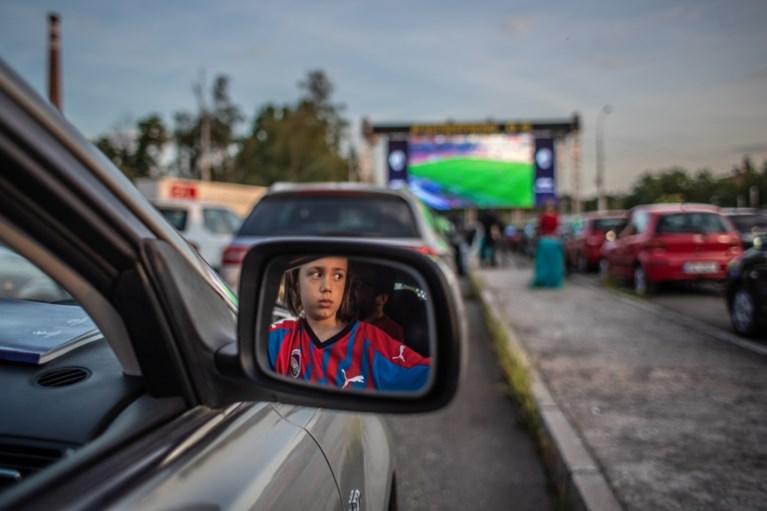 Voetbal vanuit de auto: Tsjechische supporters schuiven netjes aan voor drive-in