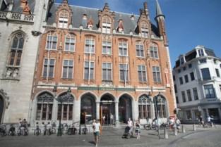 Bekende kledingketen vertrekt uit postgebouw op Brugse markt, maar niet iedereen is gelukkig met de opvolger