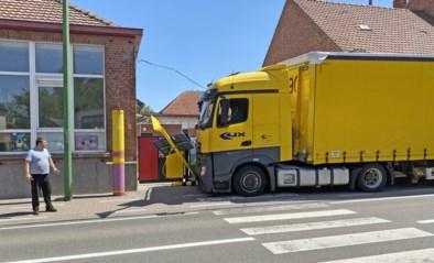 """Vrachtwagen ramt schoolpoort in Sint-Truiden: """"Dit had veel erger kunnen aflopen"""""""