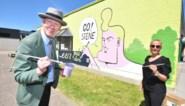 Herr Seele maakt muurschilderij in basisschool