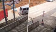 Meisje raakt als bij wonder slecht lichtgewond wanneer onoplettende bestuurder over haar rijdt