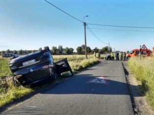 Wagen gaat over de kop, vrouw gewond