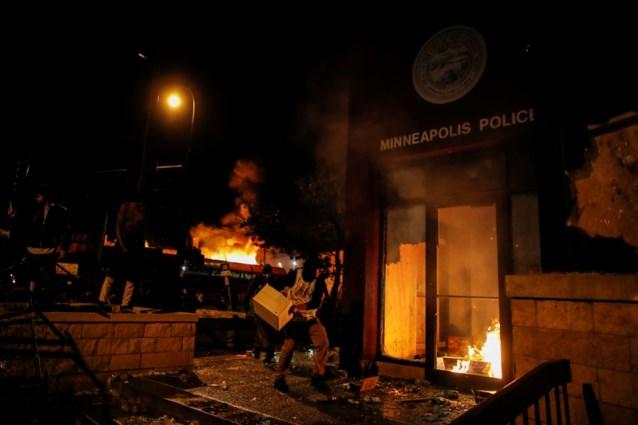 Protest over fataal politiegeweld loopt uit de hand: betogers steken politiekantoor in brand