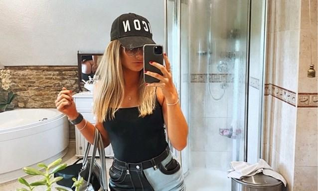 Vrouw (22) deelt selfie op sociale media, maar ziet pas een half uur later wat haar vriend in de achtergrond doet