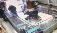 Dove tiener met hersenverlamming probeert juwelier te overvallen met pistool tussen zijn tenen