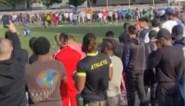 Een potentiële 'virusbom'? Honderden toeschouwers aanwezig bij voetbalmatch die eindigt met… veldbestorming
