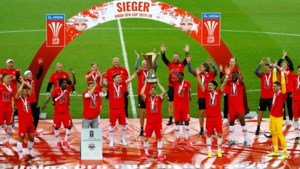 Een huldiging op z'n coronas: Salzburg respecteert de afstandregel en steekt beker in de lucht in leeg stadion