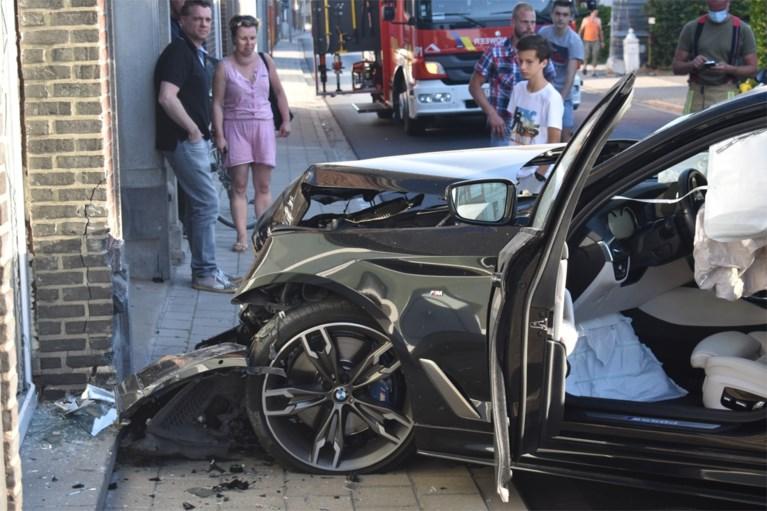 Twee gewonden nadat BMW tegen geparkeerde wagens en woning knalt in Izegem