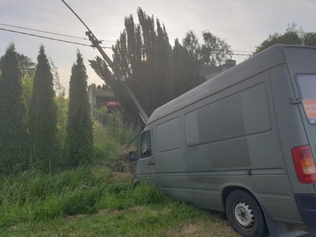 Bestelwagen tegen paal: bestuurder gewond