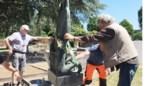 'Gestolen' beeld van kunstenaar opnieuw op graf geplaatst