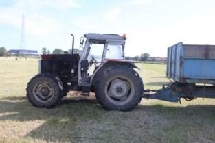 Motorblok van traktor uitgebrand op veld