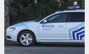 Dronken chauffeur rijdt over rotonde en laat voertuig achter