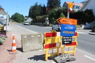 Gemeente moet drastischere maatregelen nemen omdat wegsignalisatie aan verzakt fietspad steeds wordt weggehaald