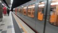 Man met sabel zet Brussels metrostation op stelten