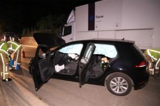 Bestuurster crasht tegen vrachtwagen