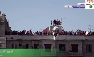 Geen publiek door coronacris? Dan houden deze Syrische fans een feestje op het dak van een flatgebouw