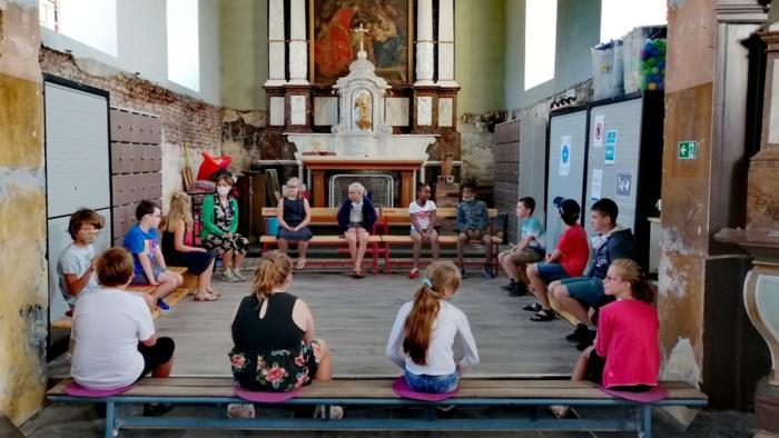 Leerlingen krijgen les in kerk