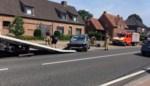 Auto rijdt betonpaal aan gruzelementen