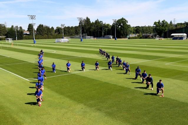 Ook spelers van Chelsea doen knieval voor Black Lives Matter