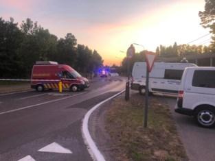 Bestuurder vlucht weg voor politiecontrole, maar crasht tegen oplegger: man overleden