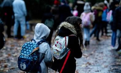 """Onderzoek toont de hoge kostprijs voor ouders voor jaar middelbaar: """"Er moet een plafond komen"""""""