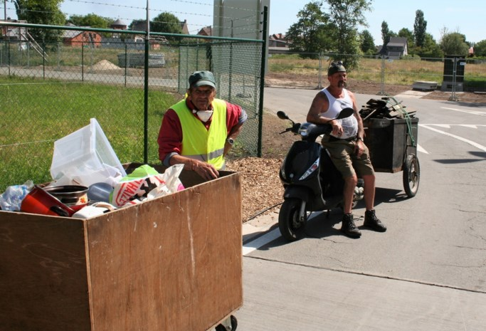 """Anderhalf uur voor opening vernieuwd recyclagepark staan eerste bezoekers al aan te schuiven: """"Dolblij dat we weer in Sint-Niklaas zelf terechtkunnen"""""""
