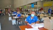 Van kassamedewerkers tot kuispersoneel: medewerkers stad bezig met mondmaskerpakketten maken