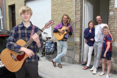 """Robin (17) en Wannes (32) geven concertjes aan voordeuren van kwetsbare gezinnen: """"Muziek brengt wat positiviteit in moeilijke dagen"""