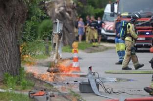 Gasleiding in werkput vat vuur: buurt tijdje zonder stroom en water