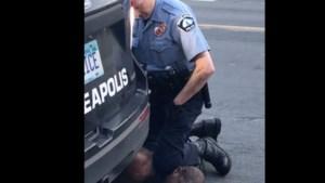 """Agent aangeklaagd voor """"moord zonder voorbedachtheid"""" op George Floyd, drie anderen voor medeplichtigheid"""