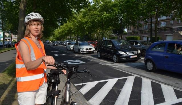 """Buurtbewoners niet te spreken over ingreep die openbaar vervoer en fietsers voortrekt: """"Stilstaande wagens betekenen luchtvervuiling"""""""