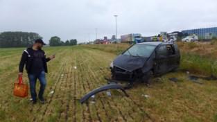 """Klapband doet automobilist tegen vrachtwagen en in weide belanden langs E17: """"In een ruk gingen we van de weg af"""""""