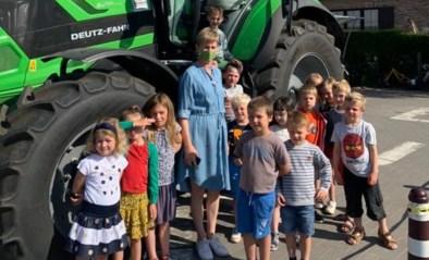 Kleuters maken kennis met grote tractor