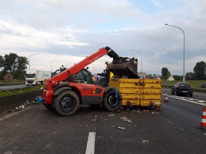 E40 richting de kust vrijgemaakt na ongeval met gekantelde vrachtwagen