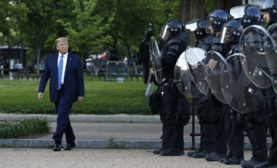 Betogers dienen klacht in tegen Trump wegens gebruik geweld om plaats te maken voor fotoshoot