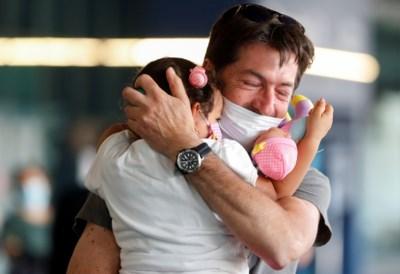 Pas op in welke richting je ademt en kus je kleinkind op het achterhoofd: zo knuffel je veilig in coronatijden