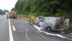 Bestelwagen brandt uit op R8