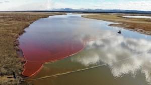 Rivier kleurt dieprood nadat krachtcentrale brandstof lekt: noodtoestand uitgeroepen