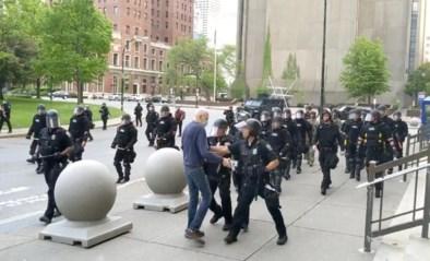 Oudere betoger krijgt duw van agenten, valt en bloedt uit het oor: agenten aangeklaagd voor zware geweldplegingen