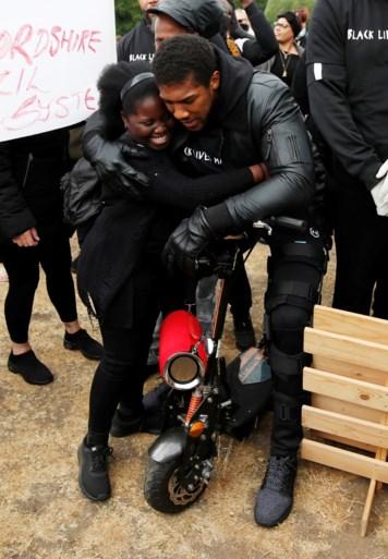 Wereldkampioen boksen Anthony Joshua betoogt mee tegen racisme in zijn thuisstad Watford