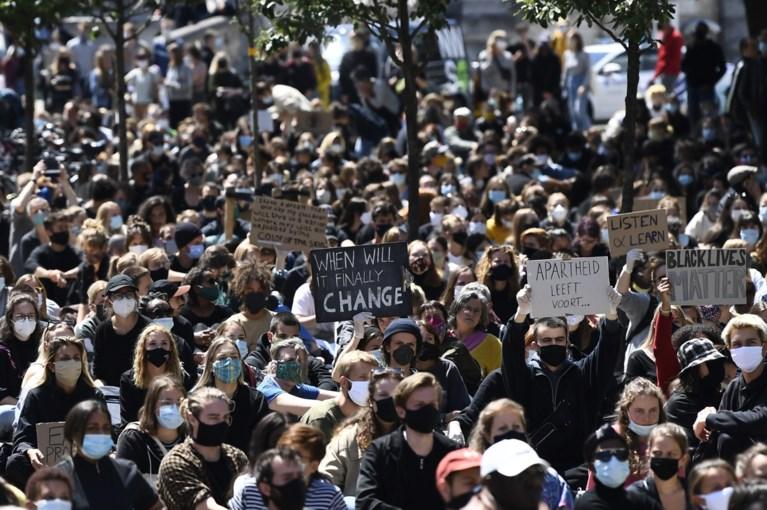 """Tienduizenden mensen trekken de straat op voor 'Black Lives Matter': """"Ik ben hier omdat het nodig is, racisme is een gif"""""""