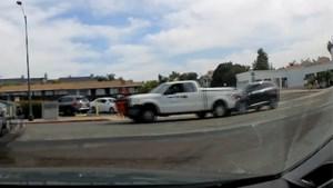 Verstrooide bestuurder veroorzaakt ongeluk en ontdekt dan... dat hij zijn baas heeft geramd