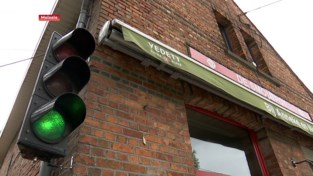Verkeerslicht regelt toegang in café De Smoutpot in Melsele