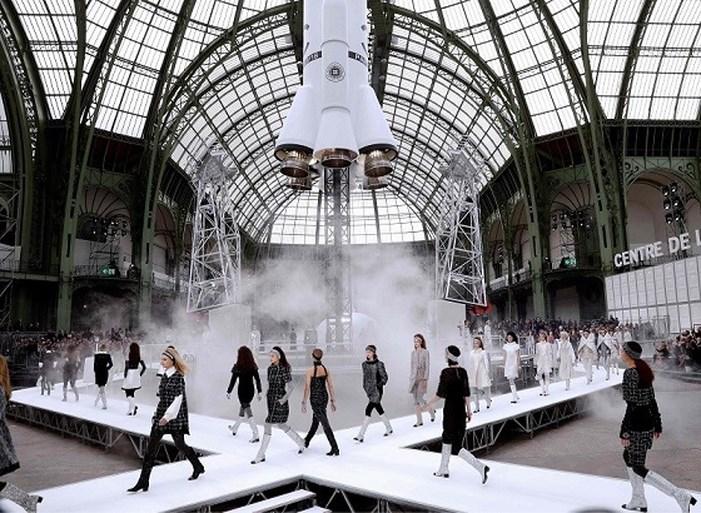 Modewereld schreeuwt om verandering, maar bij Chanel willen ze alles bij het oude laten