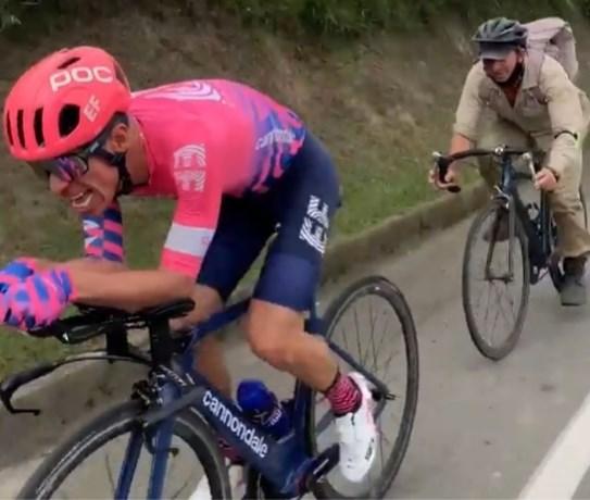 """Landbouwer bijt zich vast in het wiel van Rigoberto Uran op zijn tijdritfiets: """"Echt een concurrent!"""""""