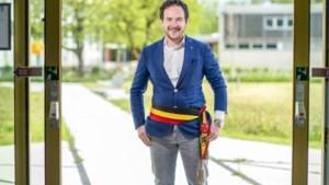 Francesco Vanderjeugd is32 jaar en is burgemeester van Staden. Hoeveel zou hij verdienen?