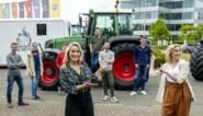 Deelnemers 'Boer zkt vrouw' halen brieven op met de tractor